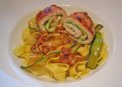 Putenröllchen mit Zucchini und Blauschimmelkäse