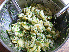 Kartoffelsalat mit Dill, Frühlingszwiebeln und Zitronensaft